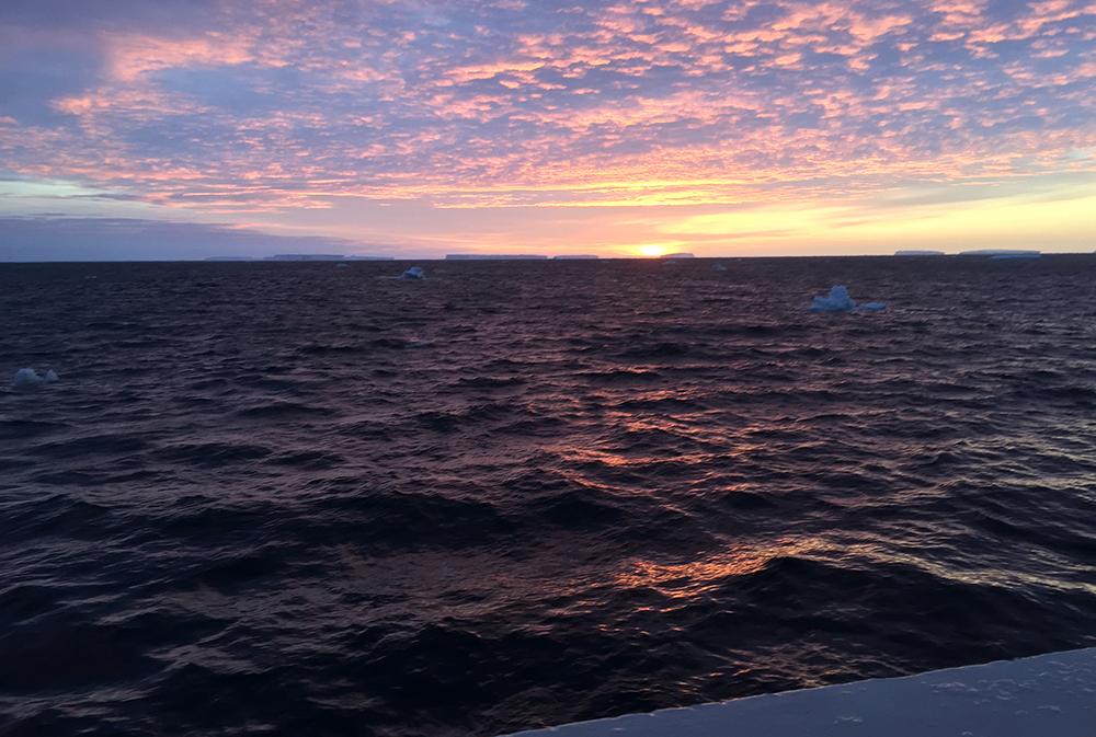 Ice bergs on the horizon. We are back (© Fokje Schaafsma/FAJ)
